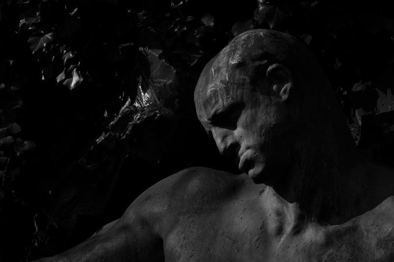 jardin-du-luxembourg-sculpture-black-and-white