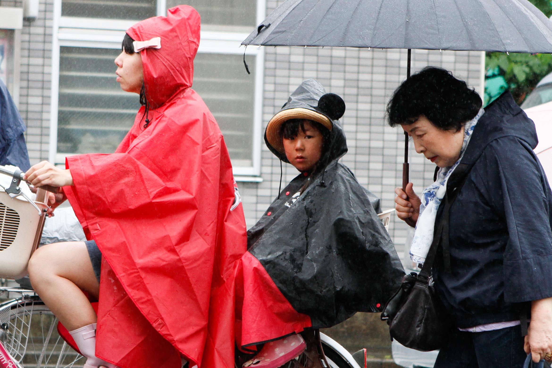japan-tokyo-photos-bike-rain-1