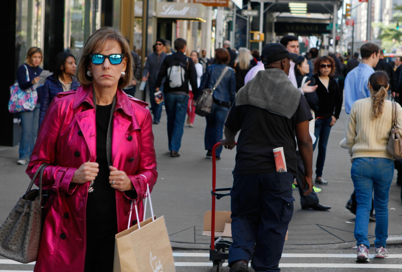 new-yorkers-shopping-madison-av