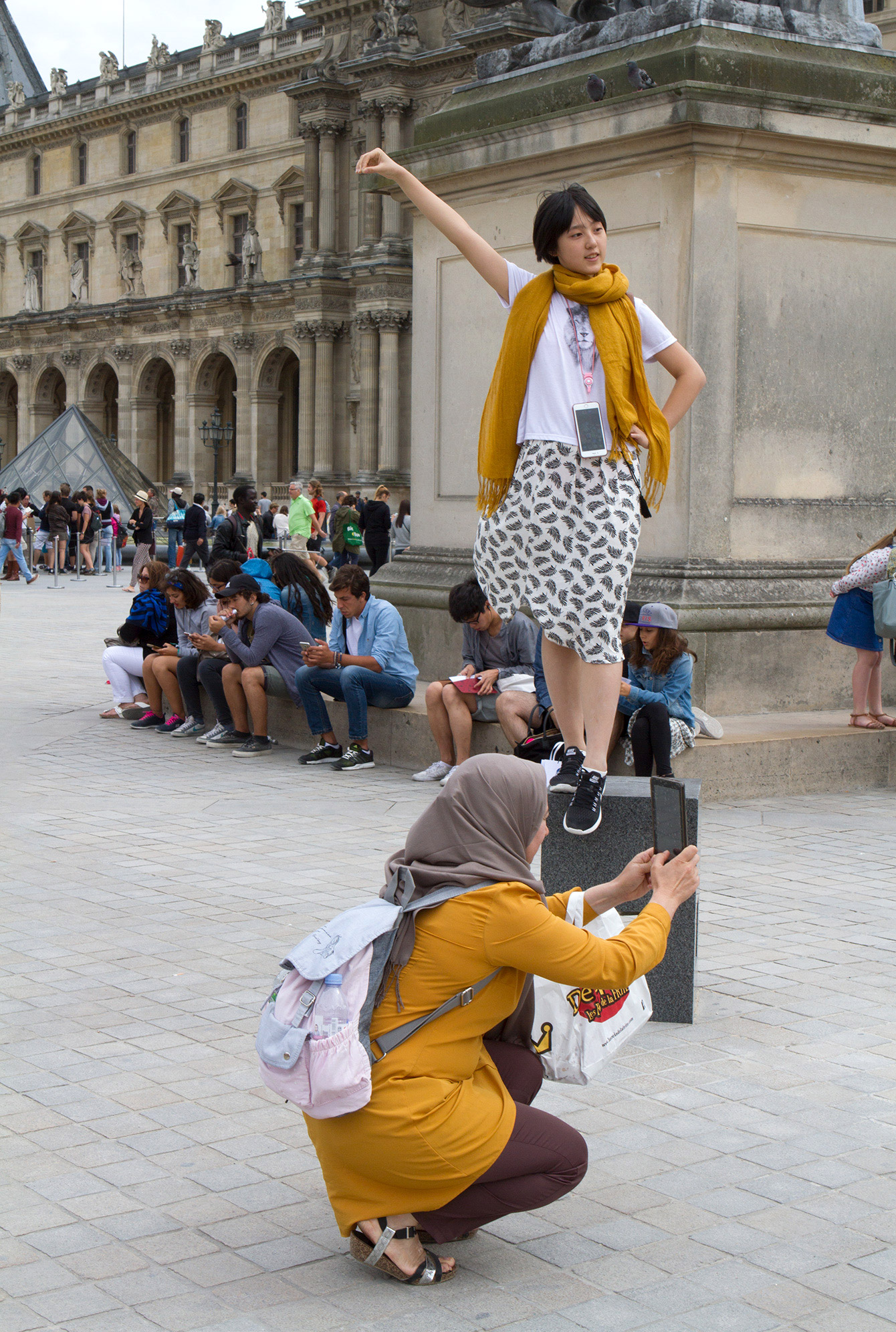 people-on-iphones-louvre