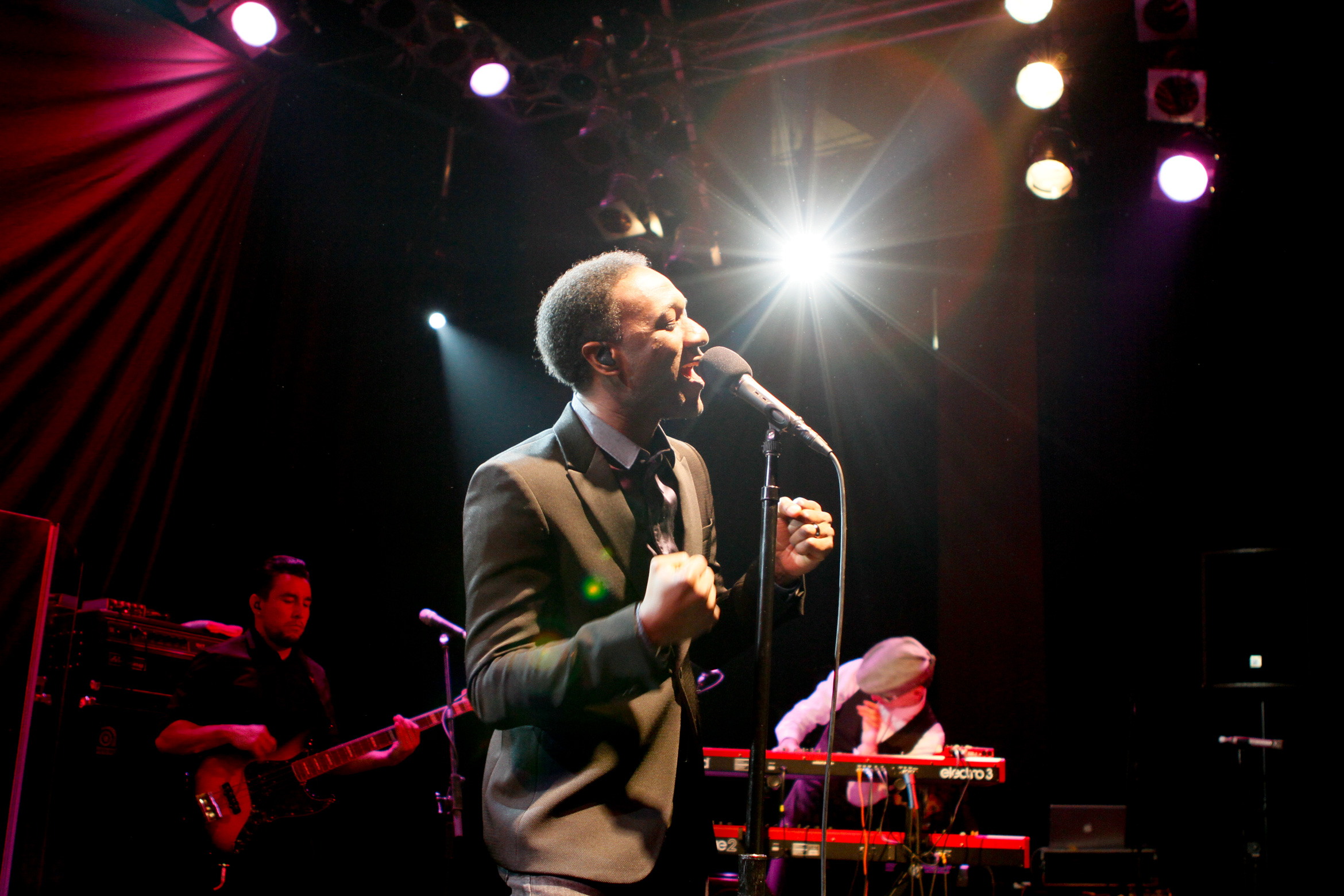 aloe-blacc-in-concert-singing