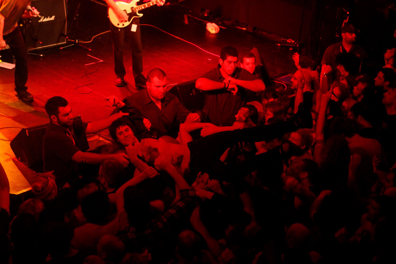 dead-kennedys-crowd-surf-